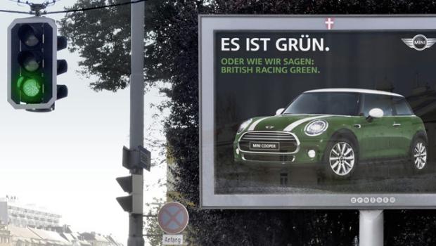 El anuncio cambia de color con los semáforos