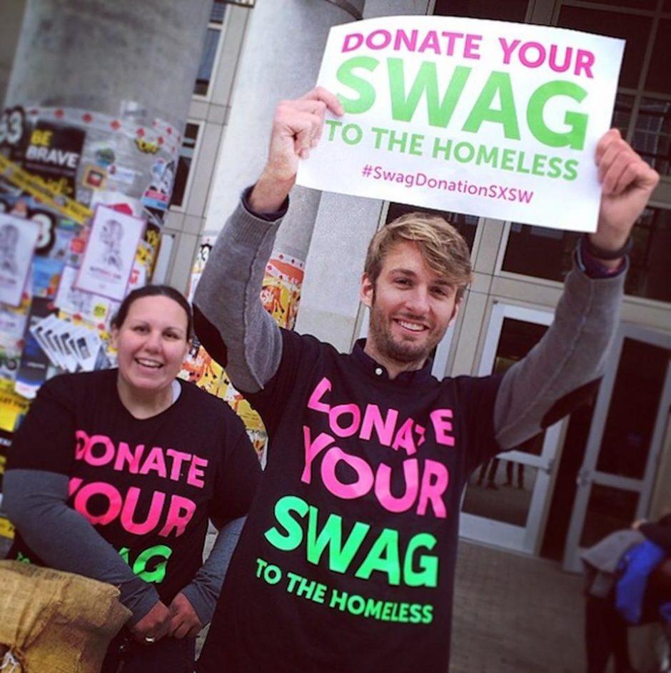 La start-up Medalia, a la puerta de un congreso proponiendo a los asistentes que donasen a los sin techo el material repartido (folletos, bolsas, camisetas), que suele acabar en la basura.